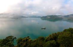Озеро Солнц-лун сценарного взгляда обозревая, известное назначение туристов в Nantou, Тайване стоковые фотографии rf