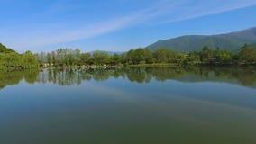 Озеро среди гор, на открытом воздухе воссоздание далеко от цивилизации, вида с воздуха сток-видео