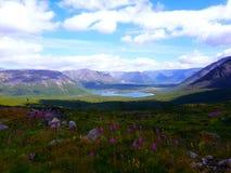 Озеро среди гор стоковые фотографии rf
