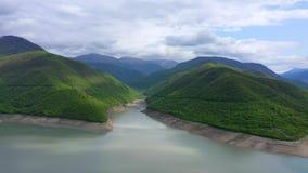 Озеро среди зеленых гор видеоматериал