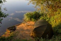 Озеро сценарного ландшафта рыболова карпа обозревая на зоре Стоковое Изображение