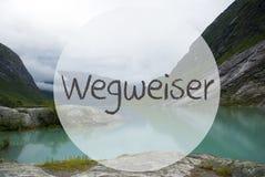 Озеро с горами, Норвегия, Wegweiser значит наведение стоковая фотография rf