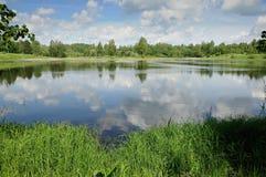Озеро с отражением облачного неба Стоковые Фотографии RF