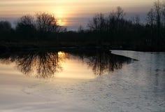 Озеро с первым льдом на заходе солнца Стоковое Изображение RF