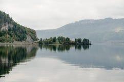 Озеро туманной горы стоковое фото