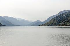 Озеро туманной горы стоковые фотографии rf
