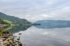 Озеро туманной горы стоковое фото rf