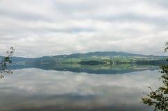Озеро туманной горы стоковая фотография rf
