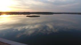 Озеро увиденное от трутня акции видеоматериалы