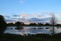 Озеро луг перед заходом солнца Стоковые Изображения RF