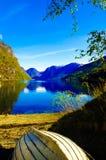 Озеро фьорд и деревянная шлюпка, пейзаж Норвегии, норвежский ландшафт Стоковая Фотография