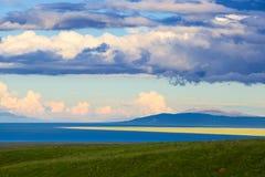 Озеро Цинха и цветок рапса Стоковое фото RF