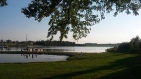Озеро через деревья Стоковое Изображение RF