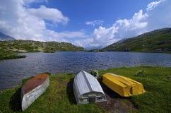Озеро & шлюпки гор Стоковые Фото
