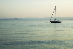 озеро шлюпки одиночное Стоковое фото RF