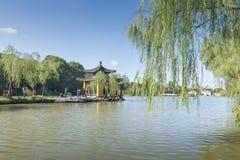 Озеро Янчжоу сада традиционного китайского худенькое западное стоковое изображение