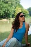 озеро девушки ближайше Стоковые Изображения