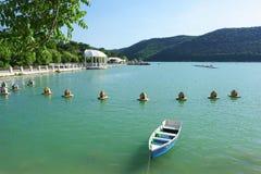 Озеро Abrau гор и фидеры для одичалой водоплавающей птицы на воде Мир и тишь Стоковое Фото