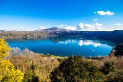 Озеро Albano, вулканическое озеро кратера около Рима, Италии Стоковые Изображения RF