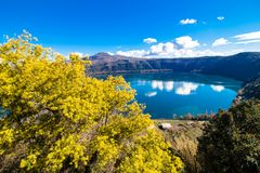Озеро Albano, вулканическое озеро кратера около Рима, Италии Стоковые Изображения
