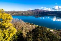 Озеро Albano, вулканическое озеро кратера около Рима, Италии Стоковая Фотография RF