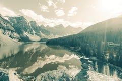 озеро alberta banff Канады обнаружило местонахождение парк морены louise национальный близкий Стоковые Изображения RF
