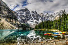 озеро alberta banff Канады обнаружило местонахождение парк морены louise национальный близкий Стоковые Изображения