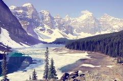 озеро alberta banff Канады обнаружило местонахождение парк морены louise национальный близкий Национальный парк Banff Стоковая Фотография