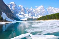 озеро alberta banff Канады обнаружило местонахождение парк морены louise национальный близкий Национальный парк Banff Стоковое фото RF