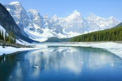 озеро alberta banff Канады обнаружило местонахождение парк морены louise национальный близкий Национальный парк Banff Стоковое Изображение