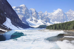 озеро alberta banff Канады обнаружило местонахождение парк морены louise национальный близкий Национальный парк Banff Стоковые Фотографии RF