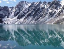 Озеро Alla Kol в горах в Кыргызстане стоковое фото