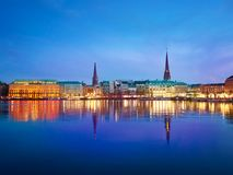 Озеро Alster и город ночи hamburg стоковое изображение
