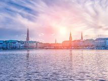 Озеро Alster и панорама зимы города Гамбурга Стоковое Изображение RF