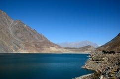 Озеро Attabad среди гор от долины Hunza Пакистана Gojal шоссе Karakoram Стоковая Фотография RF