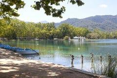 Озеро Bañola с утками, шлюпками стоковые изображения