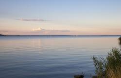 Озеро Balaton в спокойном пейзаже вечера на перемещении Ungary захода солнца стоковая фотография rf