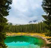 Озеро Carezza или Lago di Carezza, Karersee в доломитах Альпах Южный Тироль Италия Стоковые Фотографии RF