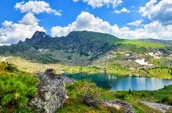 Озеро Carous в горах южного Сибиря Стоковое Изображение RF