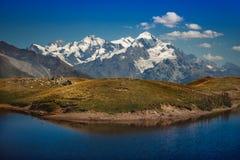 Озеро Coruldi с ясным небом на ноге горы Ushba Верхнее Svaneti, Mestia, Georgia Высокий кавказский гребень Мир стоковые изображения rf