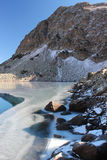 Озеро Duchinski в горах Кавказа Стоковая Фотография RF