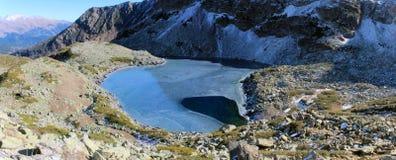 Озеро Duchinski в горах Кавказа Стоковое Фото