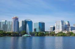 Озеро Eola, многоэтажные здания, горизонт, и фонтан стоковые изображения rf