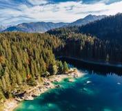 Озеро Flims на антенне трутня Швейцарии, высокогорных горах, солнечных, ландшафте лета, панораме квадрата открытого моря стоковые фото