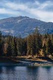 Озеро Flims на Швейцарии, высокогорных горах, солнечных, ландшафте лета стоковое фото