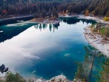 Озеро Flims на Швейцарии, высокогорных горах, солнечных, ландшафте лета стоковое изображение