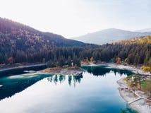 Озеро Flims на Швейцарии, высокогорных горах, солнечных, ландшафте лета стоковая фотография rf