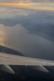 Озеро Garda и winglet на взгляде захода солнца от иллюминатора самолета Стоковые Изображения RF