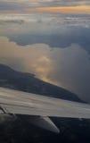 Озеро Garda и winglet на взгляде захода солнца от иллюминатора самолета Стоковое фото RF