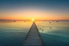 Озеро Garda, лебеди и мола, взгляд захода солнца от Pacengo Lazise Оно стоковые фото